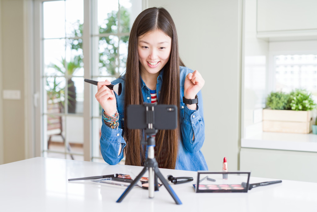 vlogger using cosmetic products