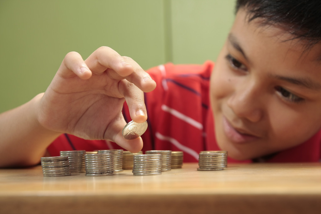 kid counting coins